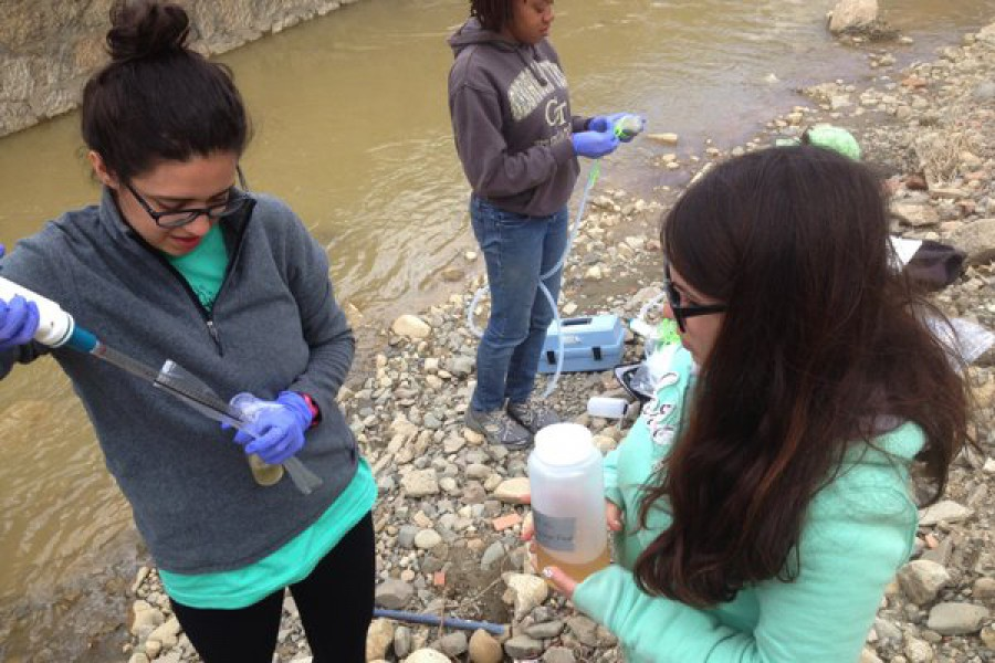 Students collecting water samples along Bolivia's Choqueyapu River.